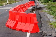 Rij die van rode plastic barrière ongevallen verhinderen Stock Foto's