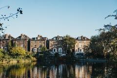 Rij die van semi-detached huizen in Hampstead, een vijver in Hamps onder ogen zien royalty-vrije stock foto's