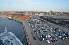 rij het wachten voertuigen bij de haven Stock Afbeelding