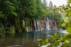 Rij oh de watervallen in het bos in de nationale meren van parkplitvice in Kroatië Stock Foto