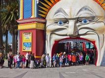 Rij om kaartjes aan Luna Park, Melbourne te kopen. Stock Foto