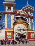 Rij om Luna Park, Melbourne in te gaan. Stock Foto's