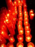 Rij van aangestoken kaarsen Stock Afbeeldingen