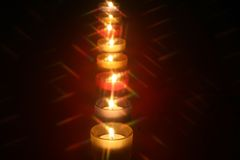 Rij van acht kleine kaarsen Stock Foto's