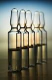 Rij van ampulas met geneeskunde Royalty-vrije Stock Afbeeldingen