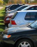 Rij van auto's in het parkeerterrein Stock Foto's