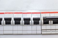 Rij van automatische schakelaars van elektriciteit in het elektroschild in huis dichte omhooggaand stock foto