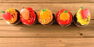 Rij van Autumn Decorated Cupcakes Royalty-vrije Stock Afbeelding