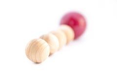 Rij van ballen met één verschillende rode bal. Royalty-vrije Stock Fotografie