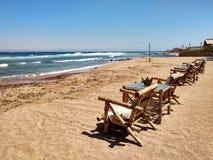 Rij van bamboechaise zitkamer op strand in Dahab, Sinai, Egypte bea royalty-vrije stock afbeelding