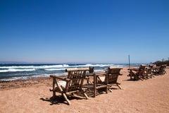 Rij van bamboechaise zitkamer op strand in Dahab, Sinai, Egypte Ben stock afbeelding