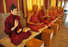 Rij van beroemde monniks boeddhistische standbeelden in Thaise tempel, Thailand Stock Foto