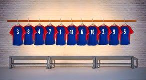 Rij van Blauwe en Rode Voetbaloverhemden 3-5 Stock Afbeeldingen