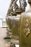 Rij van Boeddhismeklok in tempel Stock Foto's