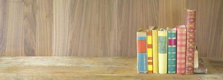 rij van boeken op houten achtergrond, panoramaformaat, goed exemplaar SP Stock Afbeeldingen