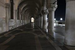 Rij van bogen onderaan het Paleis van de Doge in Piazza San Marco in Venetië Overwelfde galerij middeleeuwse kolommen in Venetië stock foto's