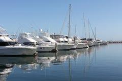 Rij van boten en jachten Stock Afbeeldingen