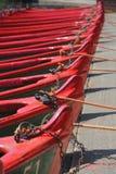 Rij van boten met kabels en sloten Stock Afbeeldingen