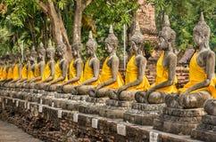 Perspectief van de Standbeelden van Boedha - Wat Yai Chai Mongkol, Ayutthaya Royalty-vrije Stock Foto