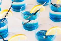 Rij van bue geschotene dranken met citroen stock foto's