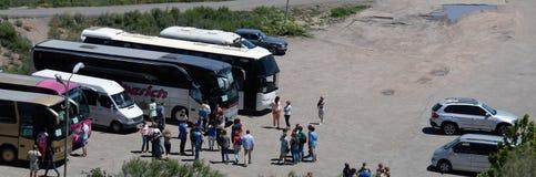 Rij van bussen en toeristen die op de excursie wachten royalty-vrije stock afbeelding
