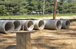 Rij van concrete drainageduikers Royalty-vrije Stock Afbeeldingen