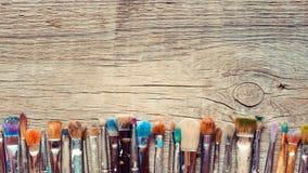 Rij van de close-up van kunstenaarspenselen op oude houten rustieke backgrou stock fotografie