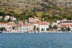 Rij van de jachten in stadshaven op het eiland in Kroatië stock fotografie