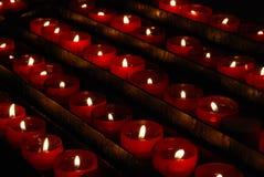 Rij van de kleine rode kaarsen van het kerkgebed Royalty-vrije Stock Fotografie