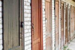 Rij van de oude deuren wirh roestige sloten royalty-vrije stock afbeelding