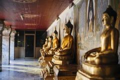 Rij van de standbeelden van Boedha Stock Foto's