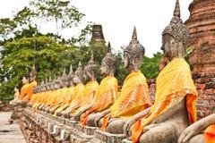 Rij van de standbeelden van Boedha van Wat Yai Chai Mongkol in Ayutthaya Royalty-vrije Stock Afbeelding