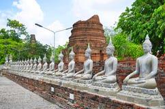 Rij van de standbeelden van Boedha in Wat Yai Chai Mongkol in Ayutthaya Stock Fotografie