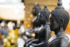 Rij van de standbeelden van bronsboedha Stock Foto