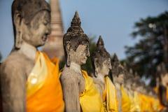 Rij van de Status van Boedha in Wat Yai Chaimongkol Stock Foto's