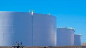 Rij van de tanks van de olieraffinaderij bij een raffinaderij Royalty-vrije Stock Afbeeldingen