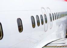 Rij van de Vensters in het vliegtuig stock foto's