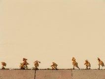 Rij van droge dode bladeren op een muur Stock Fotografie