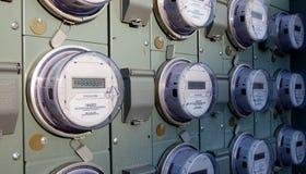 Rij van elektrische meters stock afbeeldingen