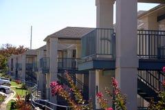 Rij van flatgebouwen met koopflats Stock Afbeelding
