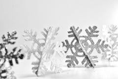 Rij van Fonkelende Sneeuwvlokken op Witte Achtergrond stock afbeeldingen