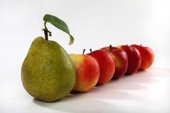 Rij van fruit op witte achtergrond Stock Foto