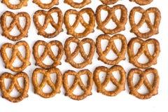 Rij van gebakken pretzels op wit stock afbeelding