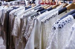 Rij van gehangen kleren in nachtmarkt Royalty-vrije Stock Foto