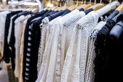 Rij van gehangen kleren in nachtmarkt Stock Afbeelding