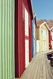 Rij van gekleurde huizen, Smogen, Zweden Stock Afbeeldingen