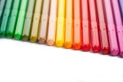 Rij van gekleurde vilten uiteindepennen Stock Fotografie