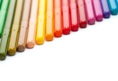 Rij van gekleurde vilten uiteindepennen Stock Afbeeldingen
