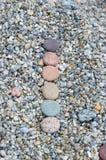 Rij van gekleurde vlotte die stenen door het Meer van Baikal worden opgepoetst Stock Afbeeldingen