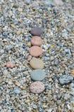 Rij van gekleurde vlotte die stenen door het Meer van Baikal worden opgepoetst Nadruk eerst Stock Afbeelding